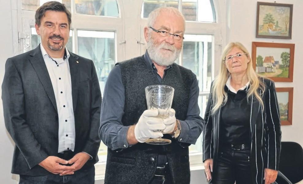 Kostbares Erinnerungsstück: Das Korbacher Museum hat den Salberg-Pokal erstanden, den Dr. Wilhelm Völcker-Janssen (Mitte) in seinen Händen hält. Ihm zur Seite stehen (links) Dirk Geisler, Präsident des Lions-Clubs Korbach – Bad Arolsen, und Dr. Marion Lilienthal vom Arbeitskreis Gedenkportal Korbach.