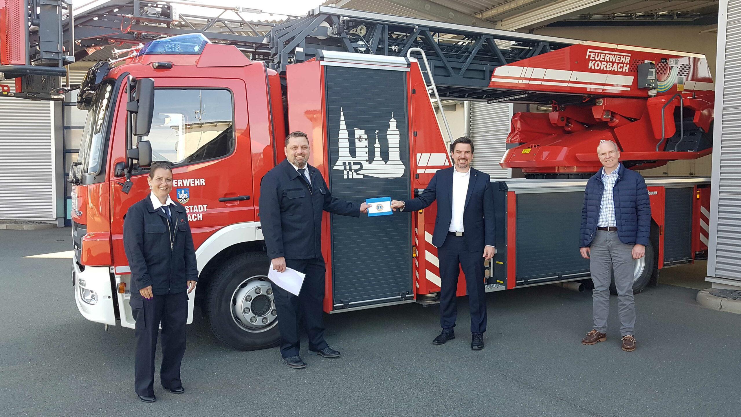Bild: Übergabe der Spende an die Feuerwehr
